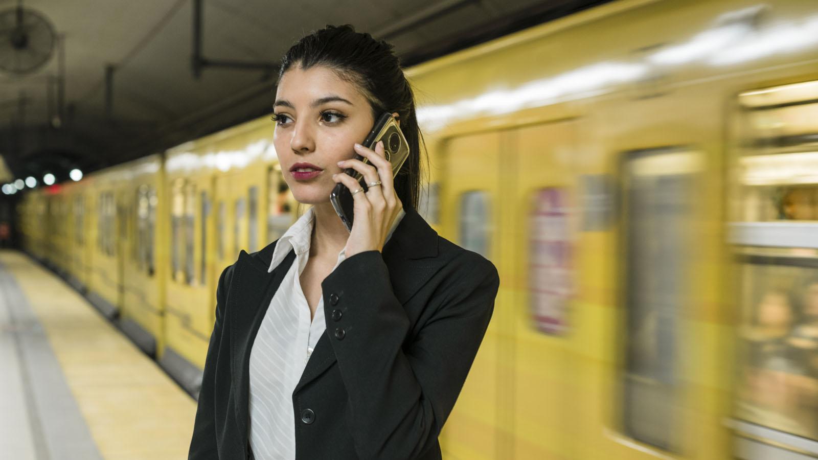 ragazza telefono relazione cellulare acufene