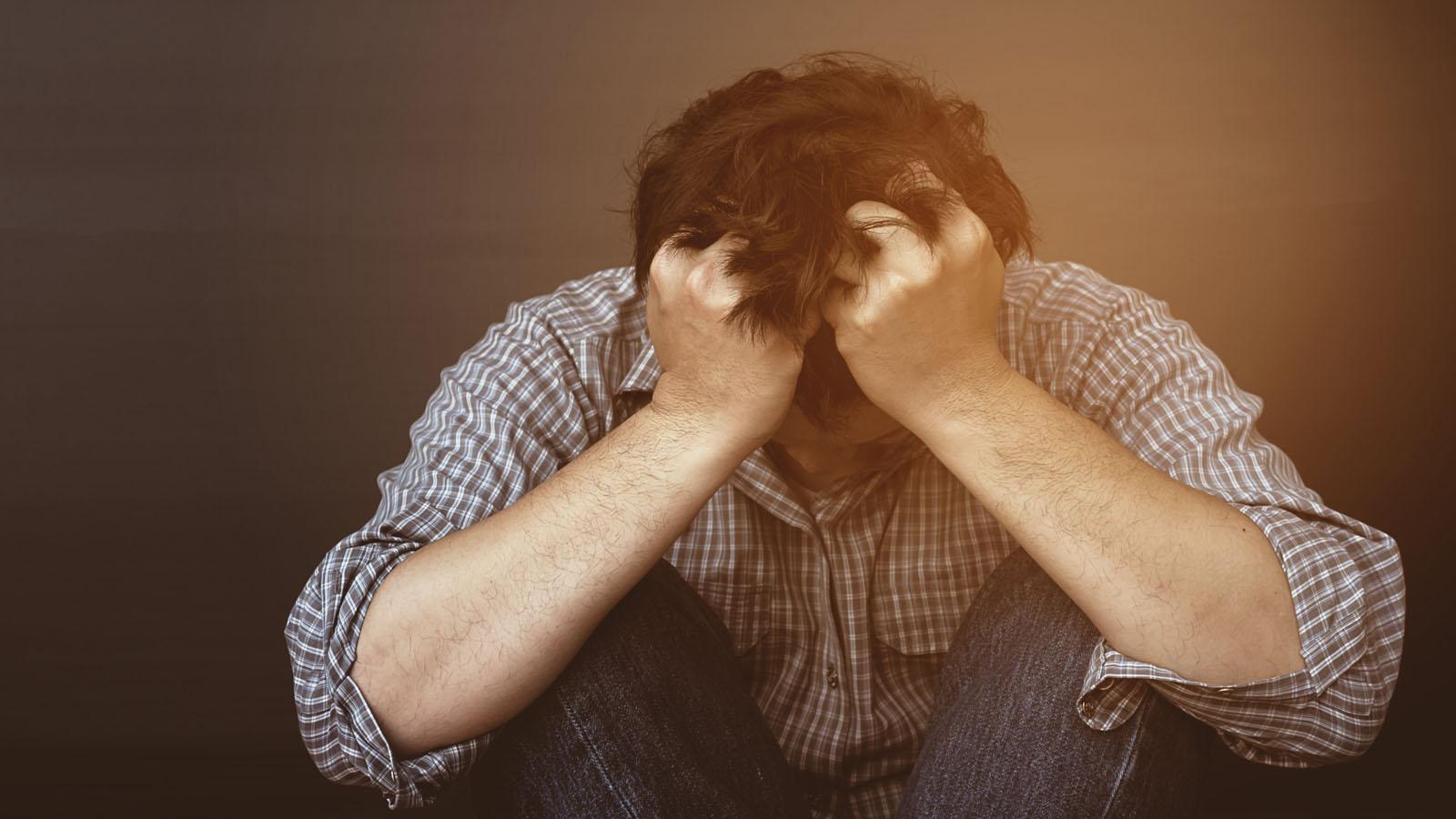 uomo diperato mal di testa acufene